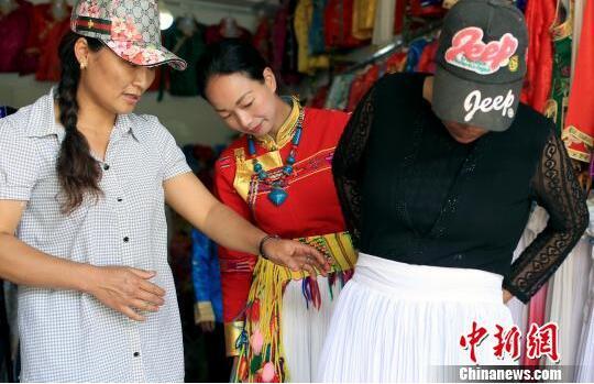四川摩梭姑娘创业路:传统摩梭服饰变时尚潮品