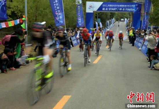 2017・中国四川环泸沽湖国际自行车公开赛鸣枪开赛